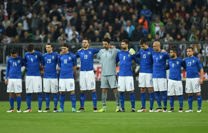 The Italian national soccer team (L-R) midfielder Alessandro Florenzi, defender Matteo Darmian, defender Federico Bernarderschi, midfielder Riccardo Montolivo, defender Leonardo Bonucci, goalkeeper Gianluigi Buffon, defender Thiago Motta, defender Francesco Acerbi, forward Simone Zaza, forward Lorenzo Insigne and midfielder Emanuele Giaccherini, poses prior to the friendly football match between Germany and Italy in the stadium in Munich, southern Germany, on March 29, 2016.  / AFP PHOTO / CHRISTOF STACHE