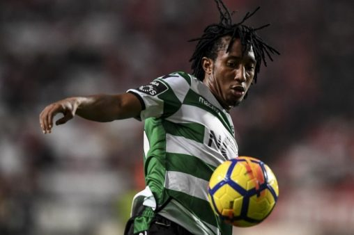 Sporting's forward Gelson Martins controls the ball during the Portuguese league football match SL Benfica vs Sporting CP at the Luz stadium in Lisbon on January 3, 2018. / AFP PHOTO / PATRICIA DE MELO MOREIRA