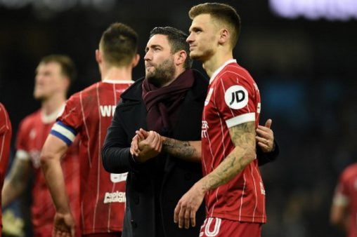 Bristol City's English manager Lee Johnson (C) and Bristol City's English midfielder Jamie Paterson (R) go to their supporters after the English League Cup semi-final first leg football match between Manchester City and Bristol City at the Etihad Stadium in Manchester, north west England, on January 9, 2018. Manchester City won the game 2-1. / AFP PHOTO / Oli SCARFF / RESTRICTED TO EDITORIAL USE. No use with unauthorized audio, video, data, fixture lists, club/league logos or 'live' services. Online in-match use limited to 75 images, no video emulation. No use in betting, games or single club/league/player publications.  /